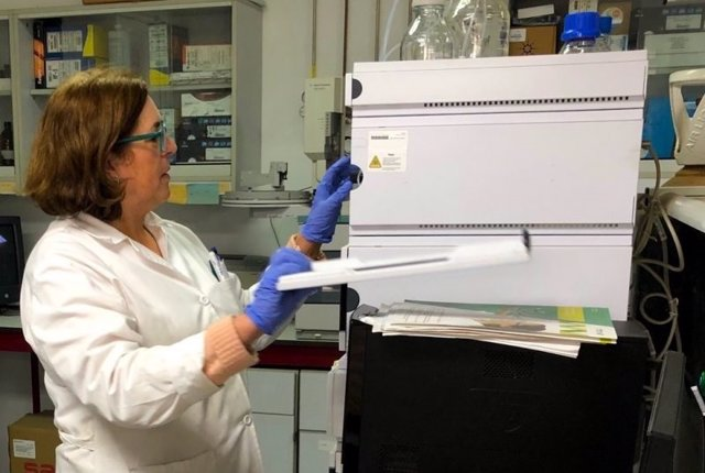 La investigadora Mª Ángeles Fernández-Recamales en el laboratorio.