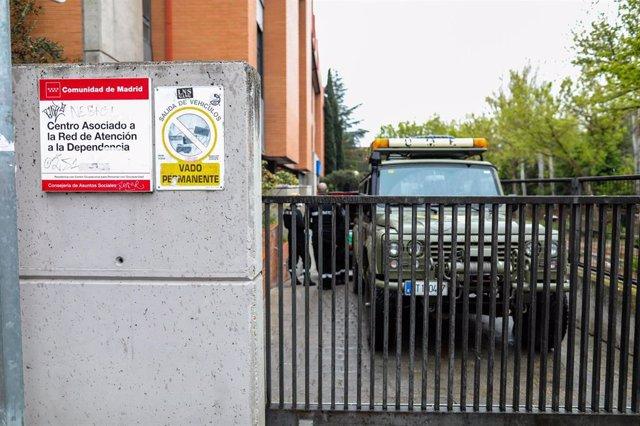 Camión del ejército en la Residencia Belisana para personas con discapacidad de Madrid.