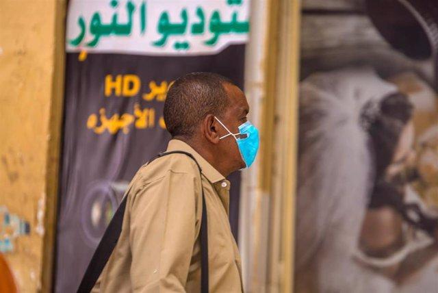 Un hombre con mascarilla en Jartum