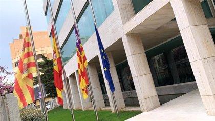 Ayuntamientos del PP y Consell de Ibiza bajan las banderas a media asta por las víctimas del coronavirus