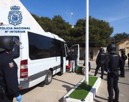 Trasladan a unos 200 'sin techo' a una carpa alejada de zonas residenciales de Melilla tras los altercados del jueves