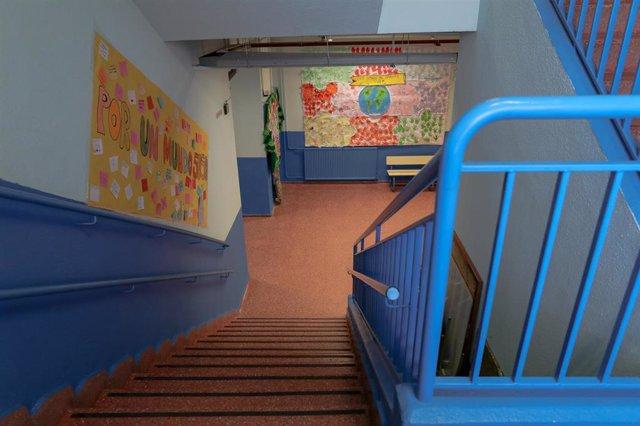Escaleras vacías de uno de los colegios de la Comunidad de Madrid cerrados para evitar que los escolares se contagien de coronavirus.