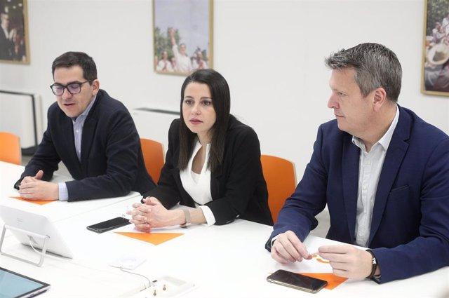 La presidenta de Ciudadanos y portavoz en el Congreso, Inés Arrimadas, junto a los vicesecretarios de Cs José María Espejo-Saavedra y Carlos Cuadrado.