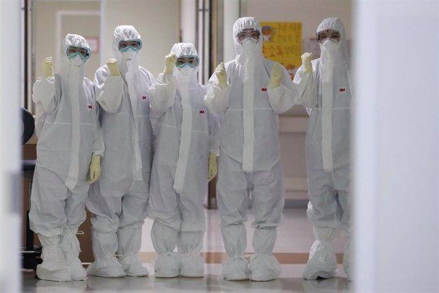 Trabajadores médicos con trajes de seguridad para atender a enfermos por coronavirus.
