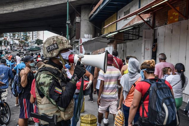 Un policía con mascarilla en Caracas