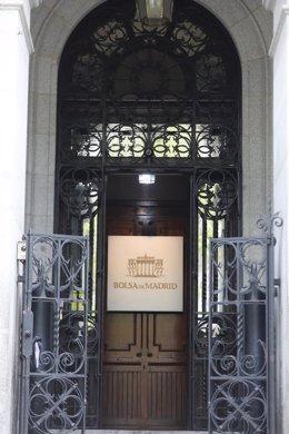 Puerta del edificio de La Bolsa de Madrid