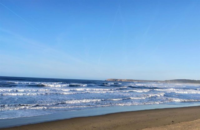 Playa de Salinas, en Castrillón, con fuerte oleaje.