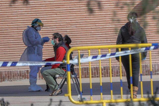 Una sanitaria le realiza a varios trabajadores de servicios esenciales uno de los test rápidos de coronavirus que ha adquirido el Ayuntamiento de la capital para preservar la salud de los trabajadores más expuestos