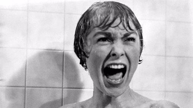 Además de haber conseguido que la gente le tenga miedo eternamente a las duchas de los moteles, Alfred Hitchcock y sus películas continúan teniendo mucho impacto en la cultura popular. 'Psicosis', que cumple 55 años, es aún hoy en día un referente par