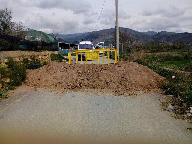 Uno de los accesos cortados en Laujar de Andarax