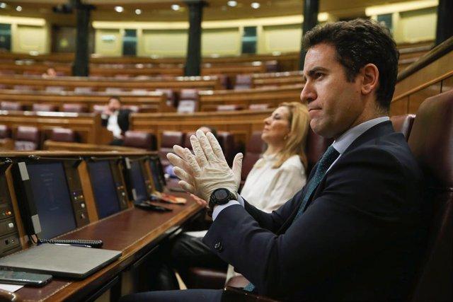 El secretario general del PP, Teodoro García Egea, escucha al presidente del Gobierno, Pedro Sánchez, durante su comparecencia sobre el estado de alarma. En Madrid (España), a 18 de marzo de 2020.