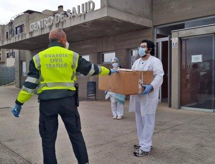 La Guardia Civil dona gafas de protección a varios centros sanitarios y residencias de Mérida y Calamonte