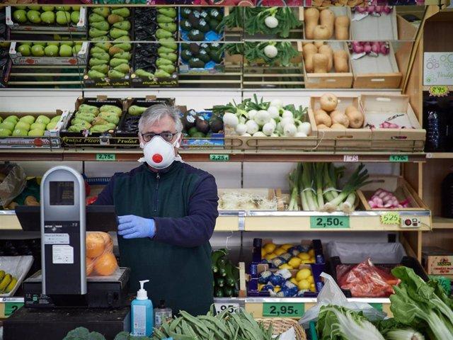 Las farmacias continúan abiertas a pesar de la escasez de productos de protección sanitaria durante el período de confinamiento del estado de alarma por coronavirus, covid-19. En Pamplona, Navarra (España) a 28 de marzo de 2020.