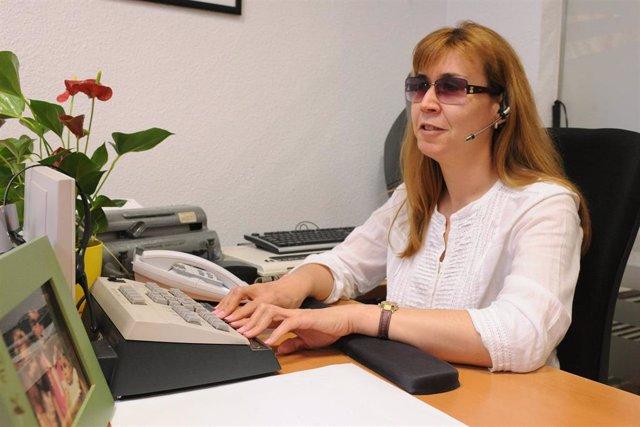 Persona ciega trabajando