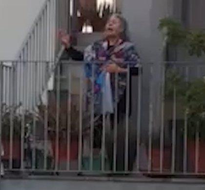 Carmen Gahona canta a sus vecinos que le aplauden y la vitorean con un ¡Olé!