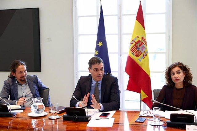 (I-D) El vicepresidente segundo y ministro de Derechos Sociales y Agenda 2030, Pablo Iglesias; el presidente del Gobierno, Pedro Sánchez y la ministra de Hacienda, María Jesús Montero
