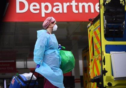 Reino Unido confirma casi 400 muertos por coronavirus en un día