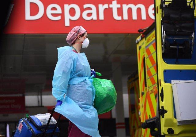 Trabajadora sanitaria frente a un hospital de Londres