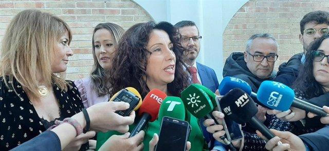 La consejera de Igualdad, Políticas Sociales y Conciliación, Rocío Ruiz, ante los medios en Huelva.
