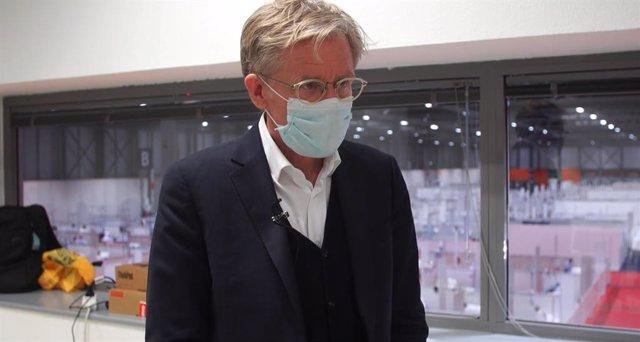 Jefe de Expertos COVID-19 de la Organización Mundial de la Salud (OMS), Bruce Aylward, durante una visita al hospital provisional de Ifema.