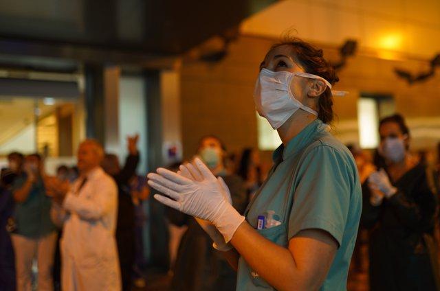 Foto de archivo de una profesional de la Sanidad que se emociona y aplaude en el Hospital Infanta Luisa de Sevilla a 16 de marzo 2020