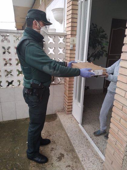 La Guardia Civil entrega material informático para alumnos de Villafranca, Milagro y Marcilla