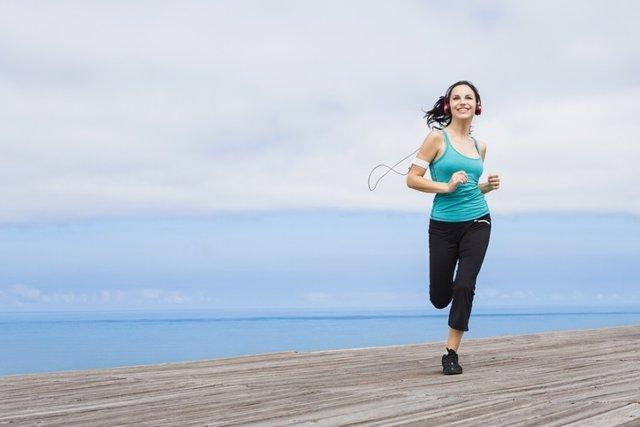 Mujer corriendo en la playa.