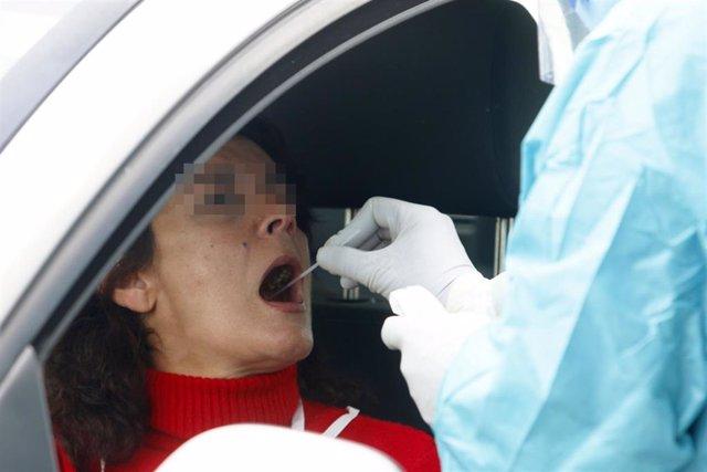 Dispositivo sanitario de la prueba test del PCR para detectar la infección por coronavirus a las personas desde su coche, instalado en el recinto de aparcamiento del centro de salud de la barriada La Roca, en Málaga, (Andalucía, España)