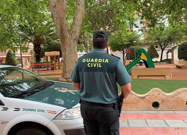 Agente Guardia Civil vigilando una zona infantil
