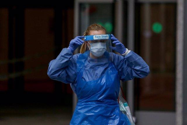 Una técnico sanitario en el exterior del hospital Temporal de la Comunidad de Madrid en IFEMA para pacientes con Covid-19
