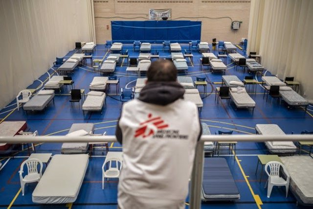 Un miembro de Médicos sin Fronteras frente camas para pacientes con Covid-19