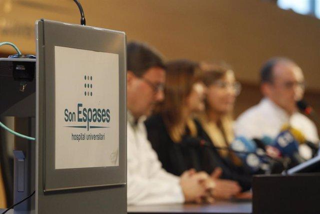 El cartel del Hospital Son Espases durante la rueda de prensa que se ofreció en el centro con el primer caso de coronavirus confirmado en Palma, el 9 de febrero de 2020.