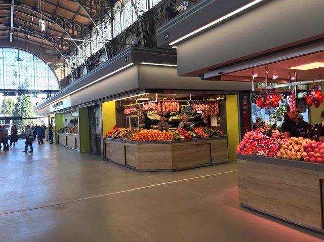 Puesto de frutas en el Mercado Central de Zaragoza