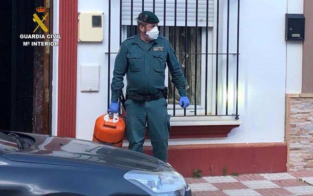 Actuación de la Guardia Civil en una vivienda de Almonte.