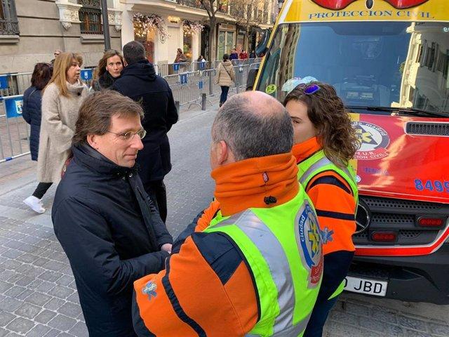 El alcalde de Madrid, José Luis Martínez-Almeida, conversa con miembros del Samur-Protección . Archivo.