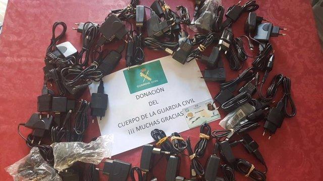 Guardia Civil de Horche dona 50 cargadores de teléfono móvil para pacientes del hospital de Guadalajara