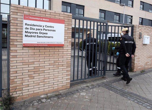 Militares de la UME se dirigen a una residencia y centro de día de Madrid para llevar a cabo tareas de desinfección para evitar la propagación del coronavirus