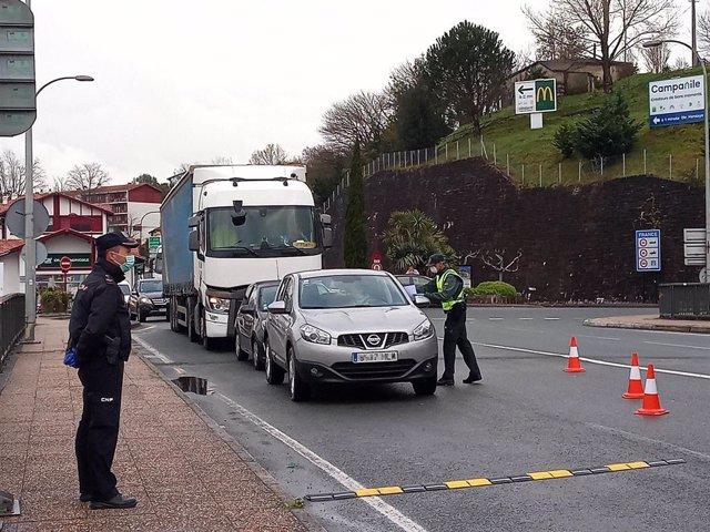 Efectivos de la Guardia Civil y de la Policía realizan controles por el covid-19