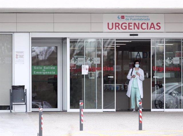 Una sanitaria protegida con guantes y mascarilla en la entrada de Urgencias del Hospital de Fuenlabrada.