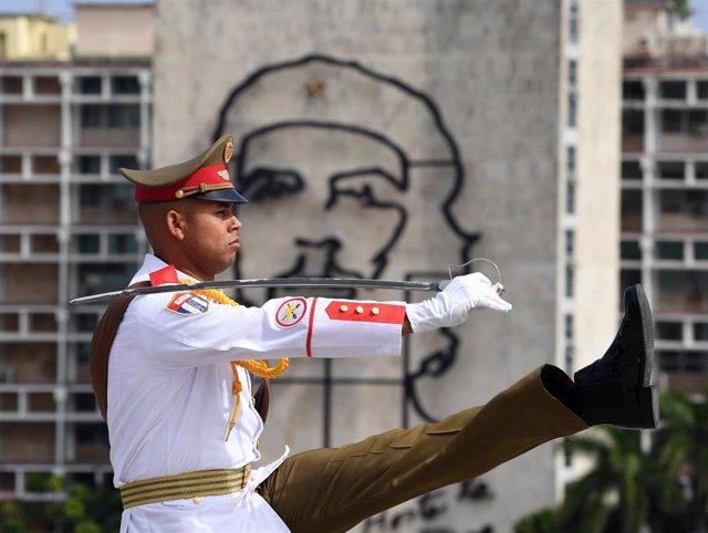 Militar en la Plaza de la Revolución de La Habana (Imagen de archivo)