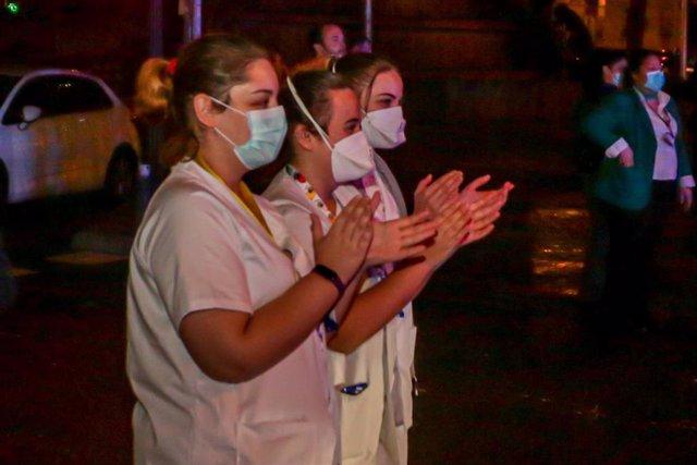 Policías, enfermeros y médicos se unen a los aplausos a los trabajadores sanitarios en la Fundación Jiménez Díaz de Madrid a 21 de marzo de 2020