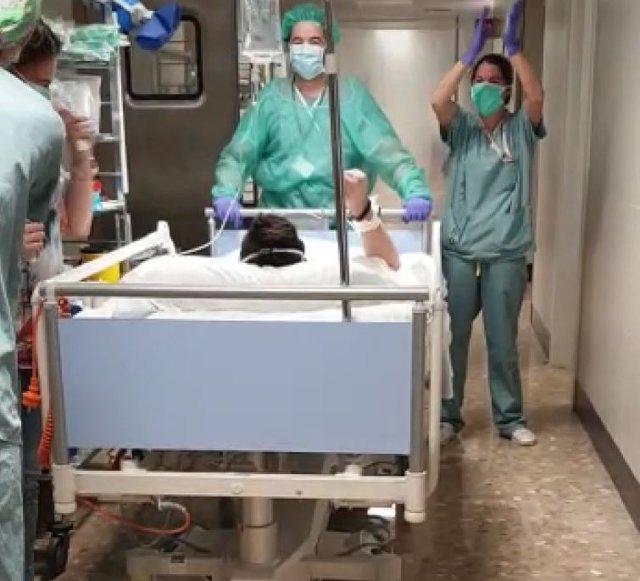 El joven Adrián, primer paciente trasladado de la UCI a planta en el Hospital Costa del Sol