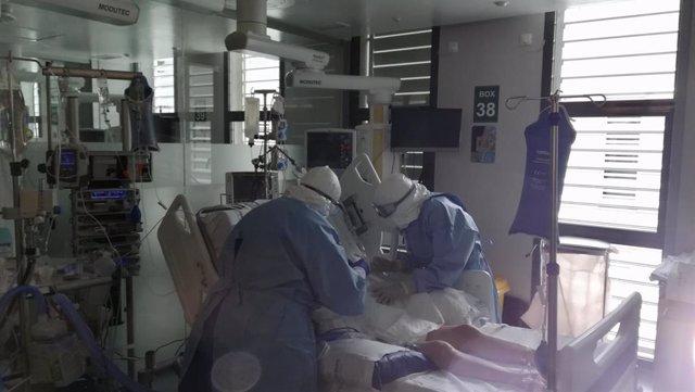 Un paciente en una unidad de cuidados intensivos (UCI) en Baleares durante la pandemia de coronavirus.