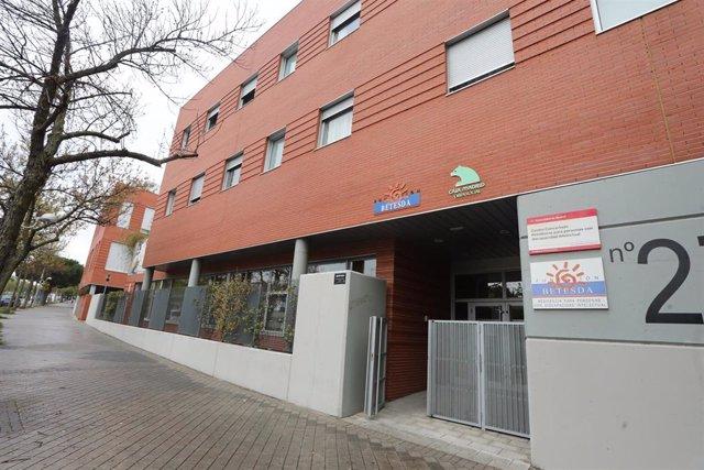 Verja y zonas exteriores pertenecientes a la Fundación Betesda, entidad privada, cuya finalidad es la de prestar servicios a las personas con discapacidad intelectual
