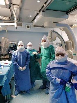 Profesionales del Puerta del Mar tras operar a un paciente con icuts y Covid-19