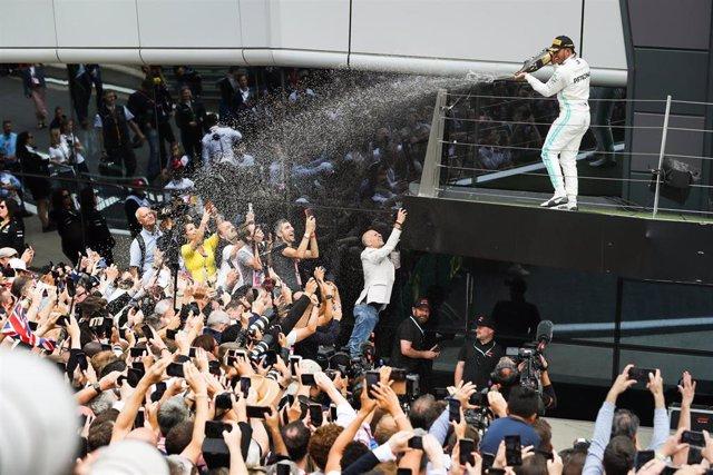Lewis Hamilton celebra con los aficionados su victoria en el GP Gran Bretaña 2019