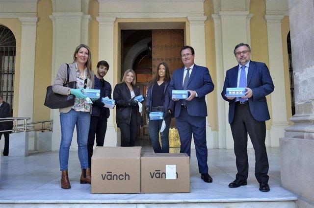 Recepción de mascarillas en el Ayuntamiento de Sevilla