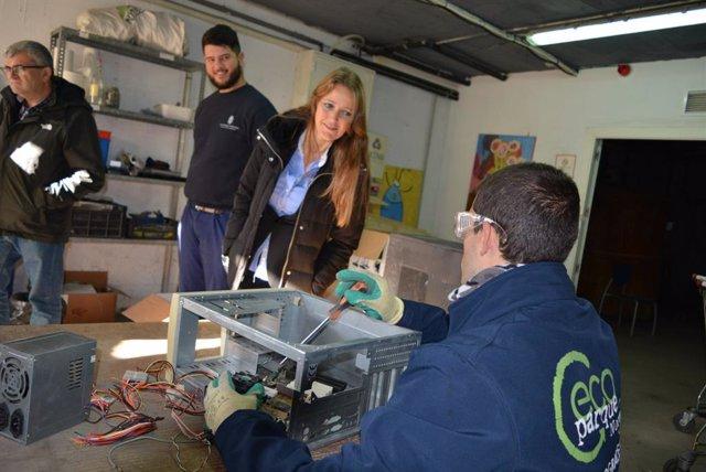La delegada de Empleo, Formación y Trabajo Autónomo de la Junta en Granada, Virginia Fernández, durante una visita al Centro Especial de Empleo