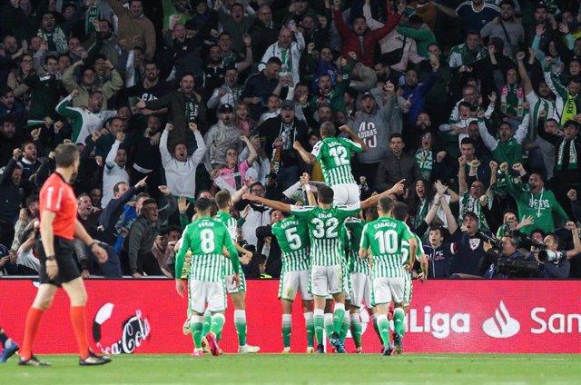 El Betis celebra un gol con su afición