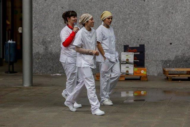 Tres sanitarios en el exterior del Hospital temporal de la Comunidad de Madrid habilitado en IFEMA para pacientes con coronavirus, en Madrid (España) a 31 de marzo de 2020.